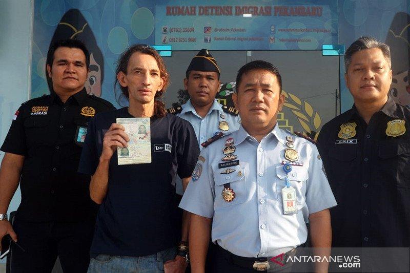 """Deportasi turis """"backpacker"""" Inggris, Rudenim Pekanbaru dipusingkan perubahan jadwal pesawat Lion Air"""