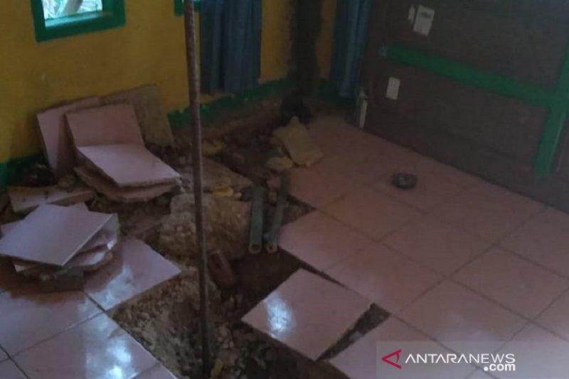 Tiga unit rumah di Sukabumi rusak diterjang longsor
