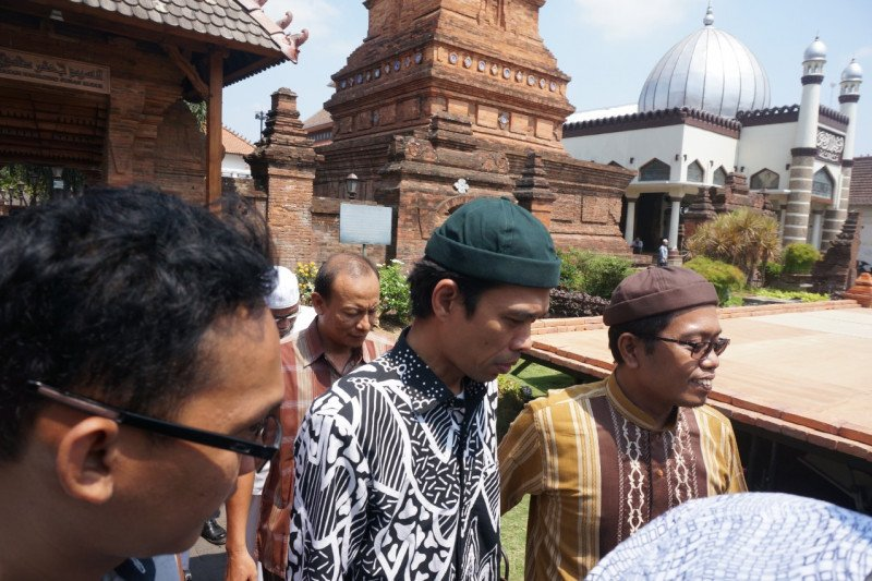 Ustad Abdul Somad mengunjungi Makam Sunan Kudus
