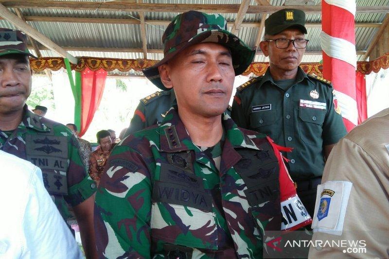 TNI-masyaratak bergotong royong mebangun desa