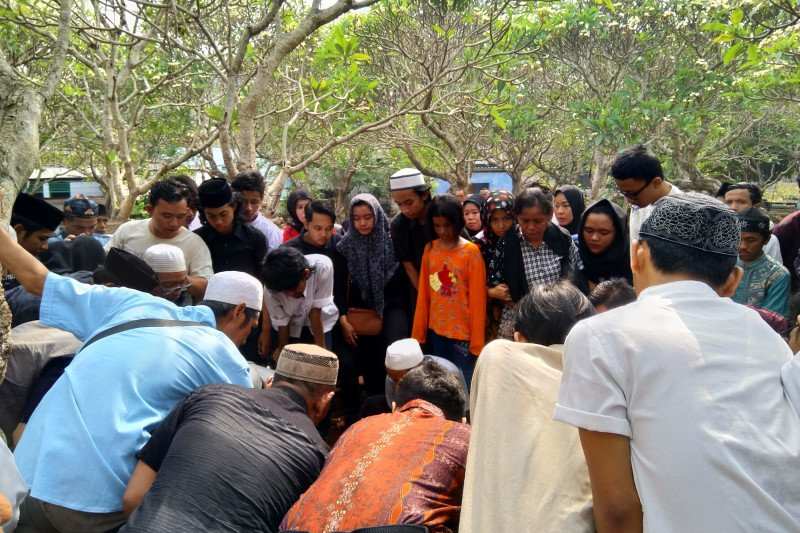 Isak tangis ibu dan kakak iringi prosesi pemakaman Akbar Alamsyah korban demo pelajar