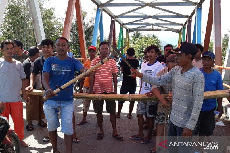 Masalah tapal batas berlarut, warga blokir akses jalan Gorontalo Utara-Buol