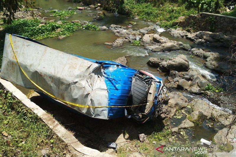 Truk bermuatan melinjo terjun ke sungai