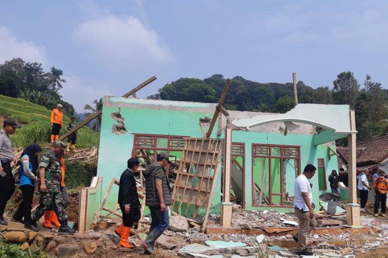 Warga Cianjur diminta waspada dan segera mengungsi bila melihat tanda bencana alam