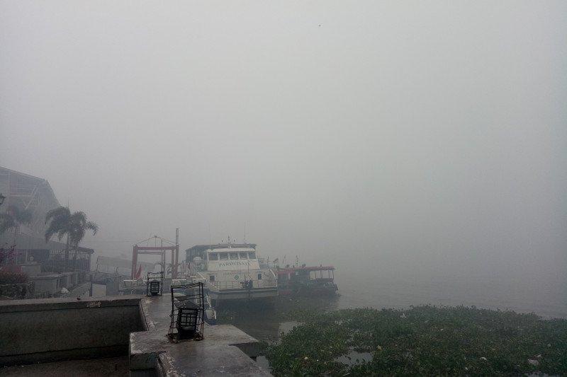 Jarak pandang tak sampai 50 meter, aktivitas kapal di Sungai Musi dihentikan sementara