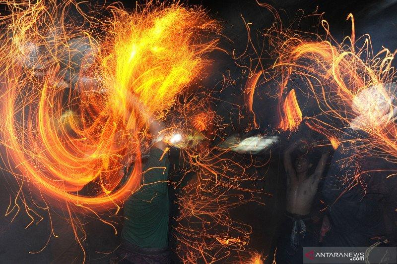 Pemuda Desa Adat  Tuban lakukan tradisi Perang Api