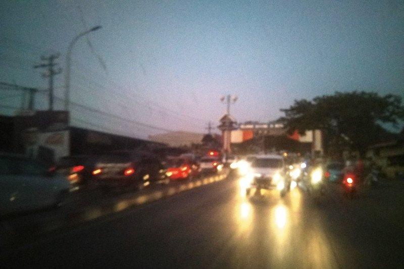 Kebakaran di jalan poros Makassar-Maros picu kemacetan