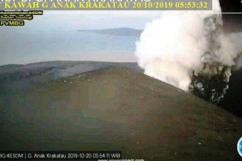 Gunung Anak Krakatau di Selat Sunda masih alami erupsi