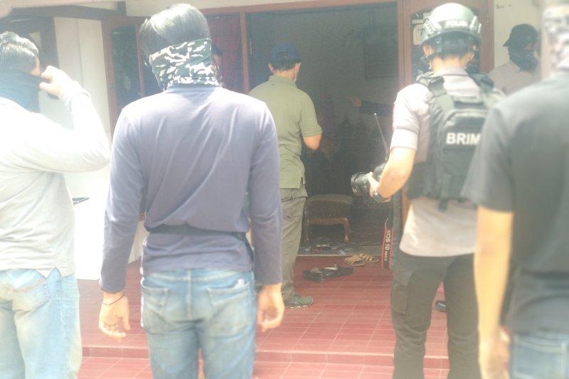 Densus 88 sita barang bukti dari salah satu rumah terduga teroris