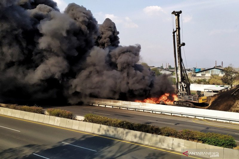 Pipa minyak di pinggir Tol Padalarang terbakar