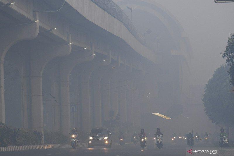 Kabut asap pekat masih  meliputi Palembang