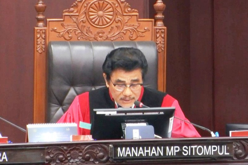 Manahan Sitompul ucapkan sumpah janji sebagai Hakim MK