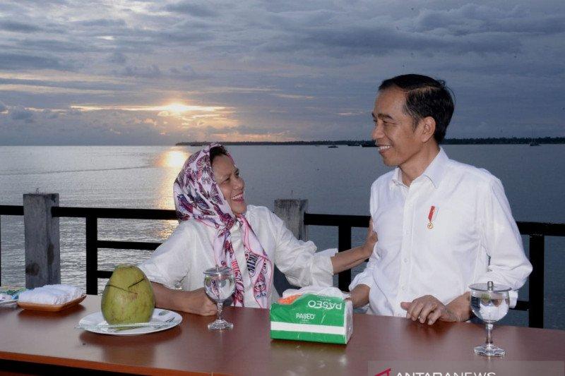 Presiden Jokowi dan Ibu Iriana nikmati senja di Kaimana