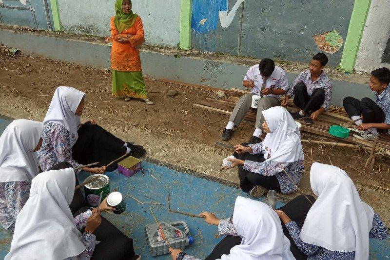 Siswa SMAN 1 Ampekangkek Agam hasilkan irama lagu daerah dari alat musik barang bekas
