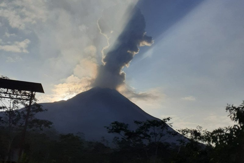 Hujan abu tipis letusan Gunung Merapi terjadi di Sawangan dan Dukun