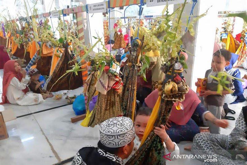 Puluhan balita ikuti  tradisi 'Baayun Maulid' di Masjid Jami