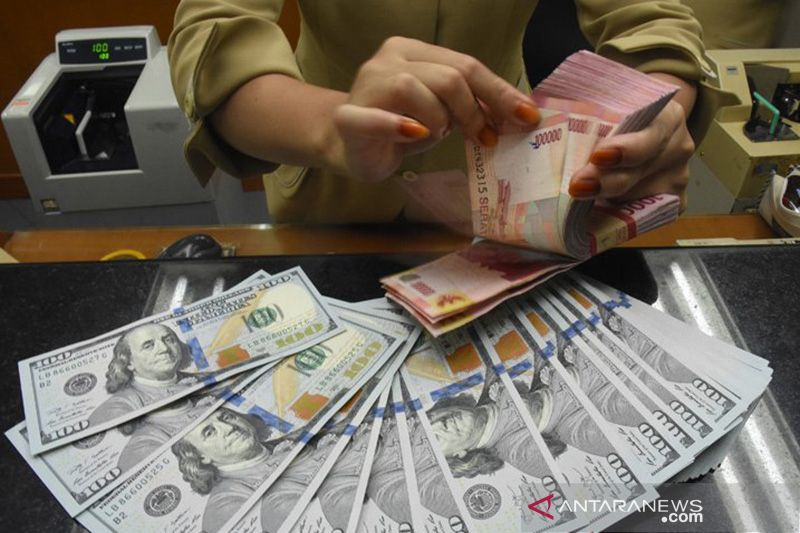 Rupiah pada Senin sore kembali melemah di atas Rp14.000 per dolar