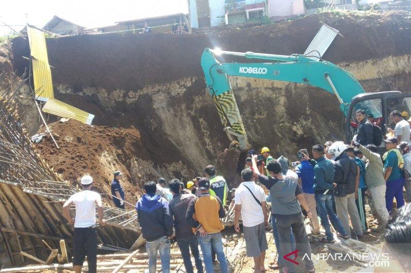 Di Bogor, lima orang pekerja tertimbun longsoran proyek 'doubletrack'