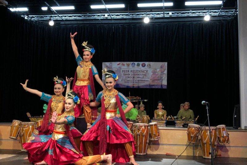 """A Taste of Indonesia"" tampil di Lewis School Wales"