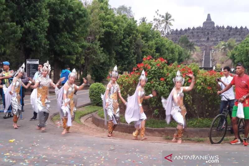 Warga sambut peserta Borobudur Marathon 2019 dengan seni tradisional
