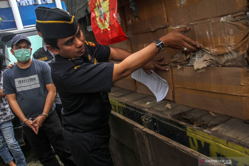 VIDEO - Begini penampakan jutaan batang rokok ilegal di Riau