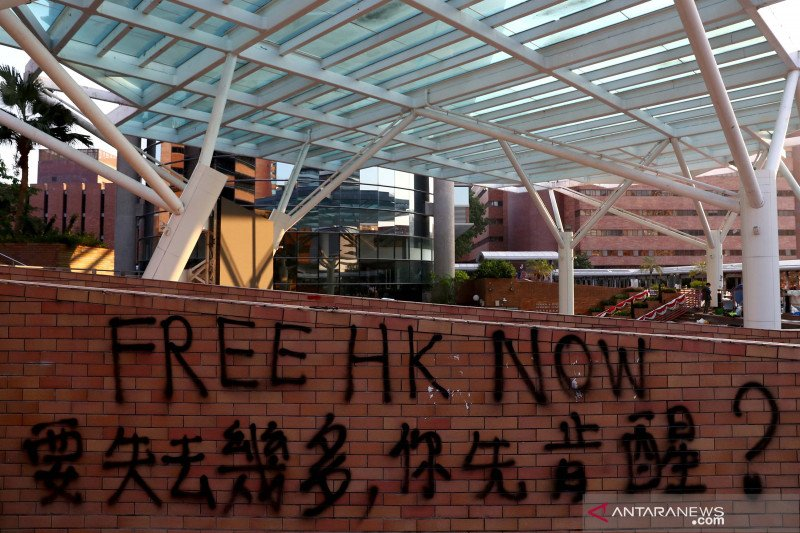 Hindari bentrokan, para pemilih Hong Kong antre lebih pagi