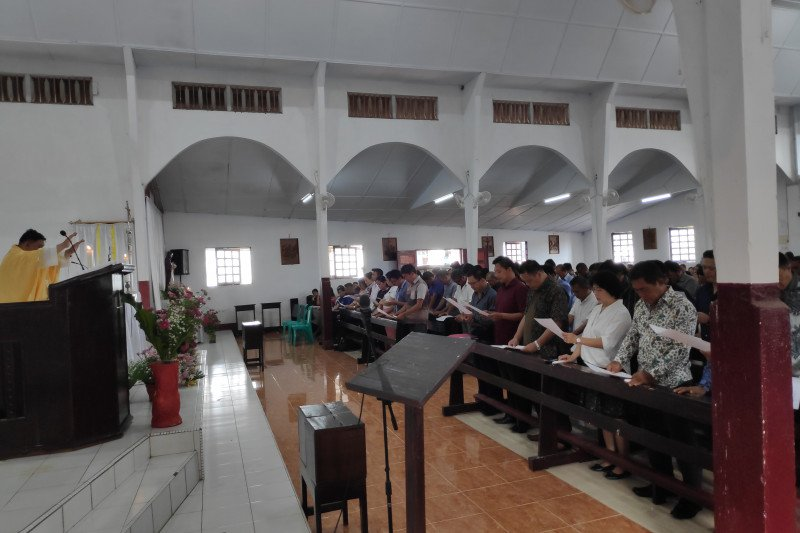 Pastor Bastian lantik panitia pembangunan gereja Paroki Rumengkor