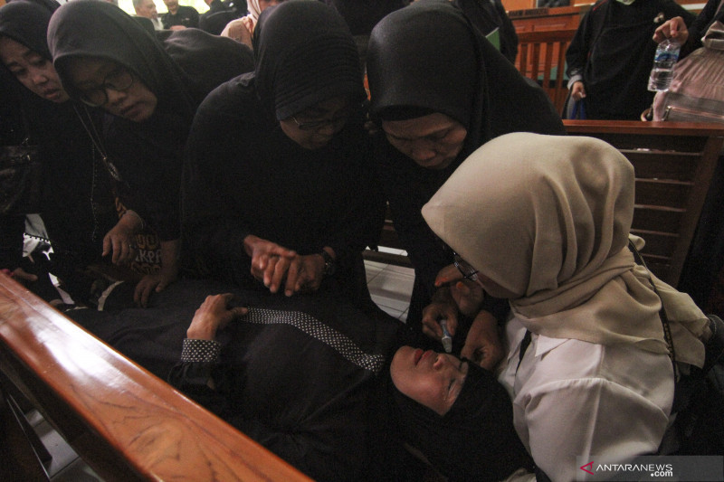 Seorang ibu pingsan saat dengar sidang putusan First Travel ditunda