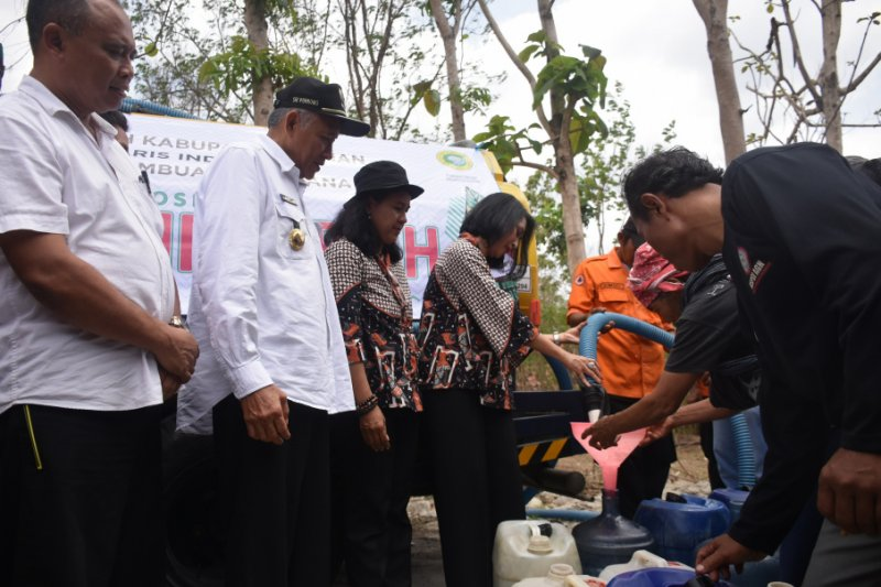 Bupati Sleman bersama IPPAT menyalurkan bantuan air bersih di Prambanan