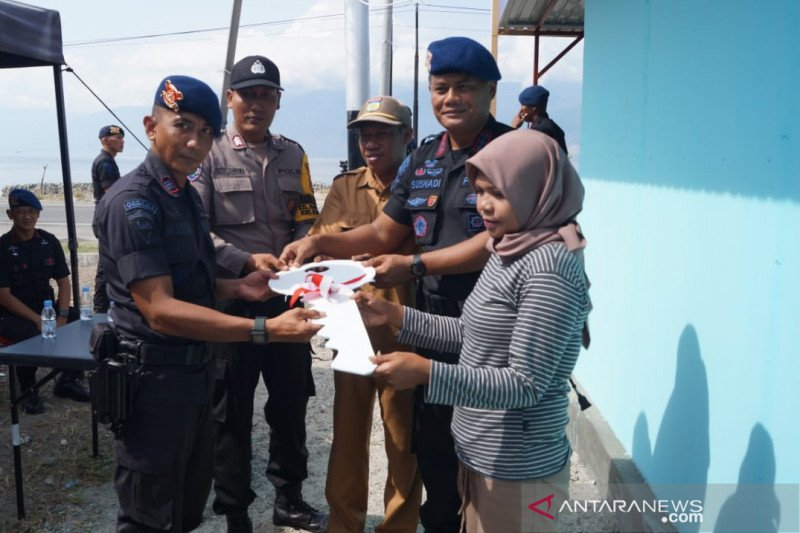Pasukan Gegana Polda Sulteng bedah rumah warga korban bencana