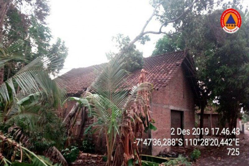 Hujan dan angin kencang terjang wilayah Prambanan belasan rumah rusak