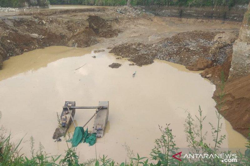 Operator tambang pasir tertimbun longsor di Cianjur