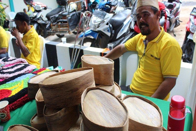 Peci sabut kelapa hasil kreasi kaum disabilitas Lampung Selatan