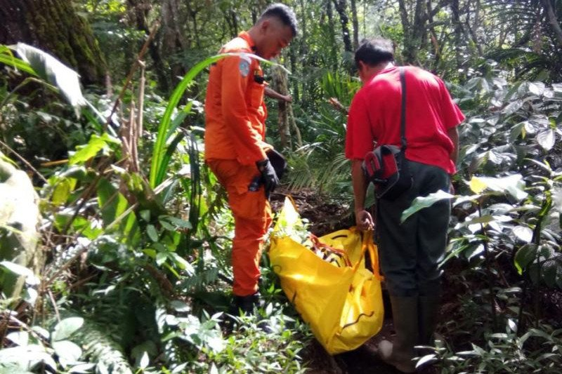 Polres Ogan Komering Ulu  evakuasi mayat di dasar jurang