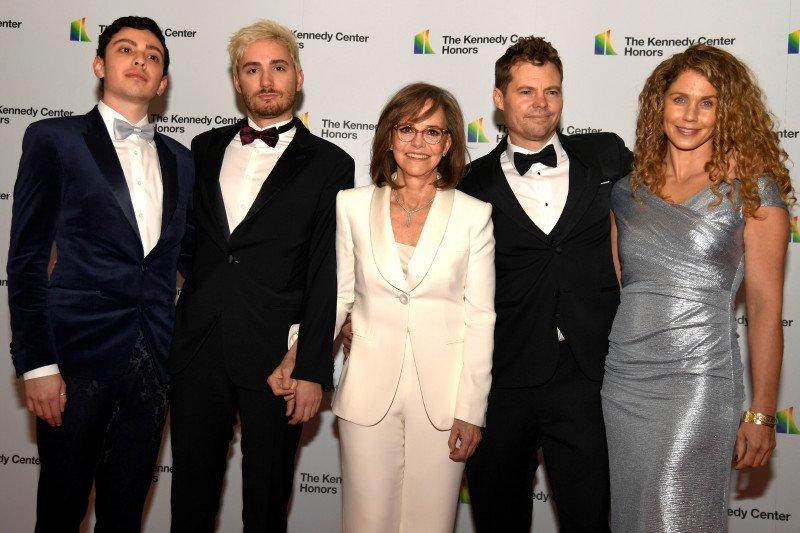 Linda Ronstadt, Sally Field, dan Sesame Street dapat penghargaan seni AS