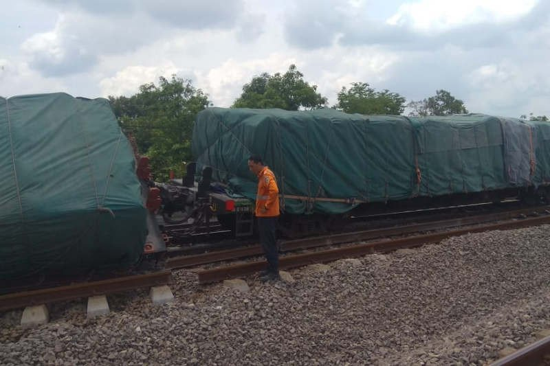 KA pengangkut semen terguling di Stasiun Doplang Blora