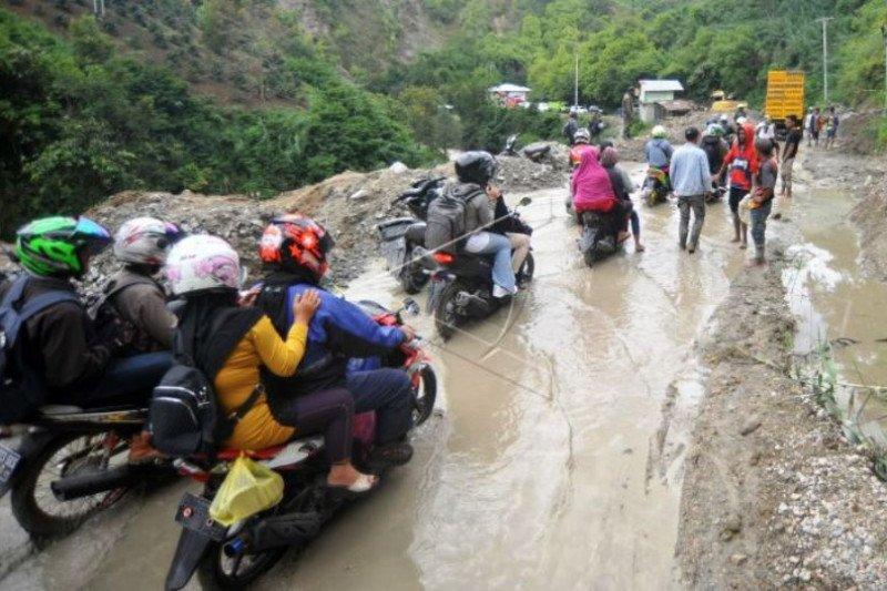 Longsor dan banjir tutup akses jalan Alahan Panjang Solok, Sumbar