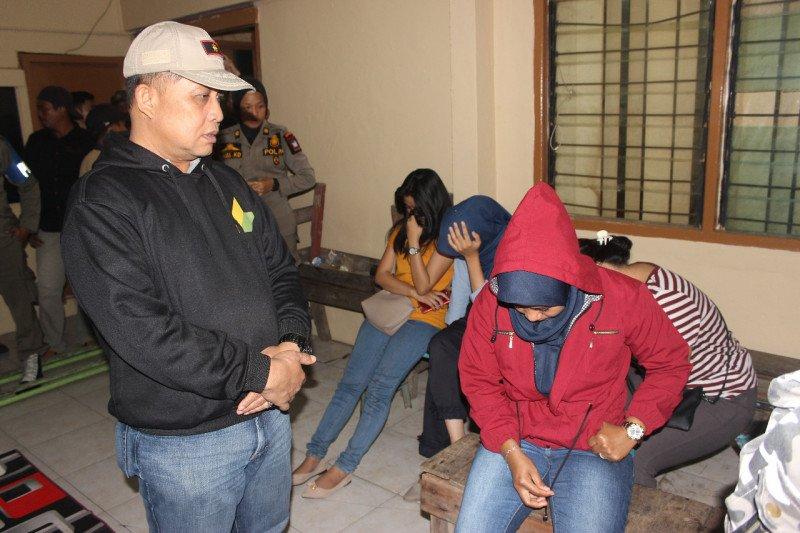 Satpol PP kembali amankan 12 wanita tanpa identitas di tempat hiburan malam di Padang
