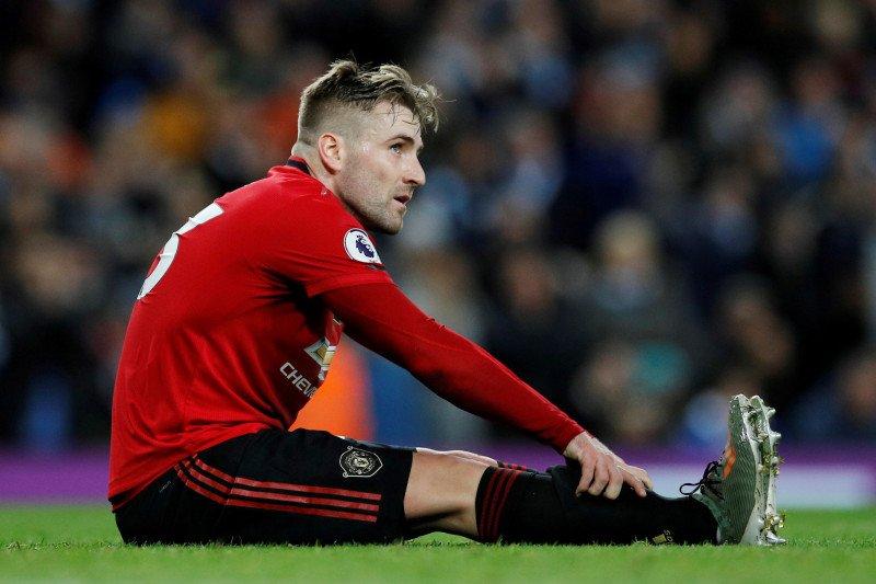 Shaw latihan sambil bagikan 50 keranjang hadiah untuk staf Manchester United