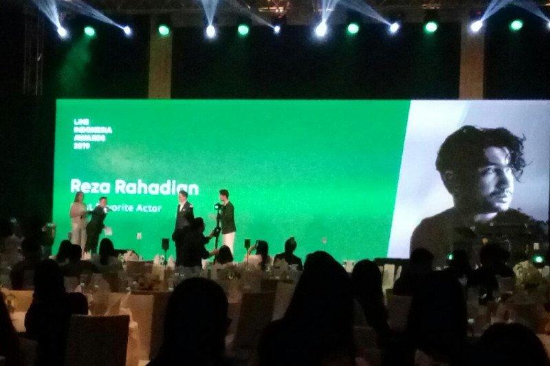 Reza Rahadian-Najwa Shihab raih penghargaan LINE Indonesia