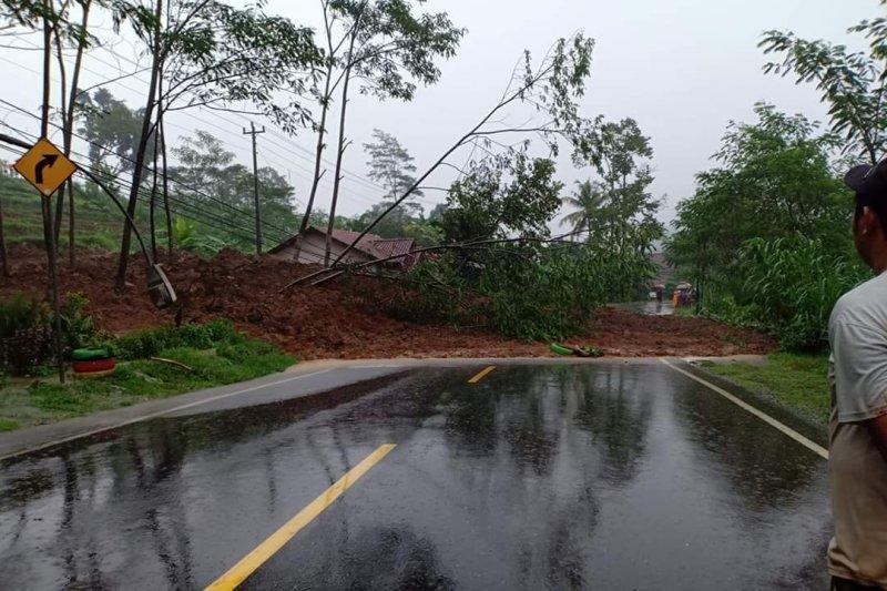 Jalur utama Banjarnegara-Wonosobo tertimbun tanah longsor akibat hujan