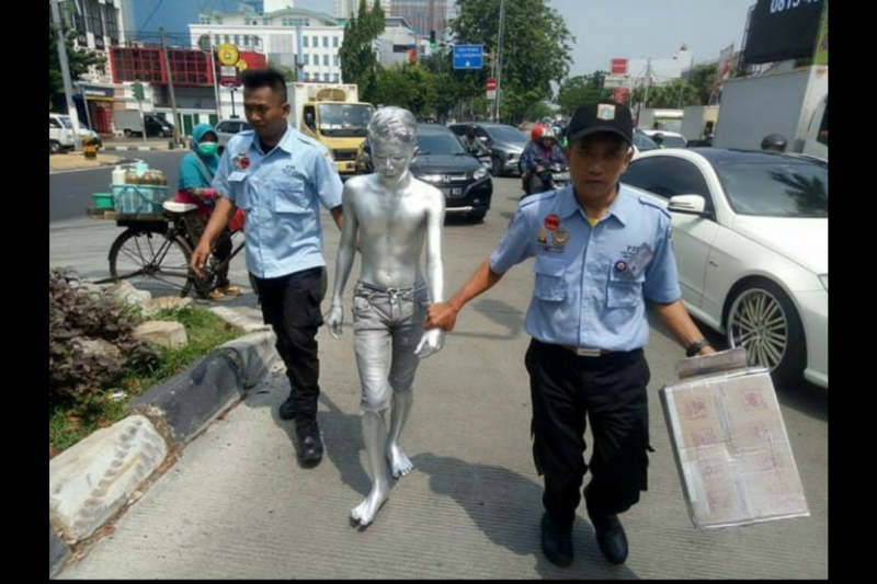 "Sudinsos Jakbar bina remaja ""Manusia silver"" saat mengemis di Kebon Jeruk"