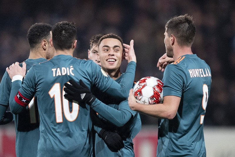 Sergino Dest dari Ajax resmi jadi pemain Barcelona