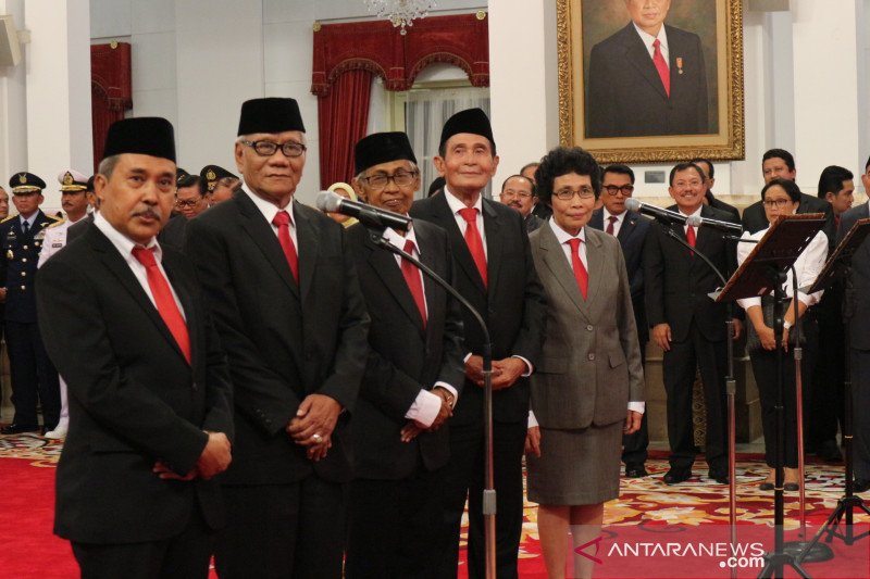 Lima orang Dewan Pengawas KPK ucapkan sumpah di depan Presiden Jokowi