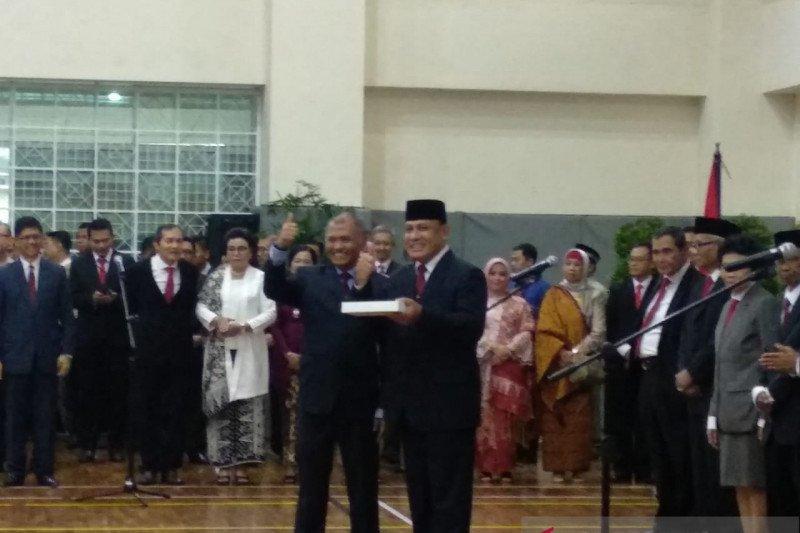 Firli Bahuri menerima memori jabatan dan iPad dari Agus Rahardjo