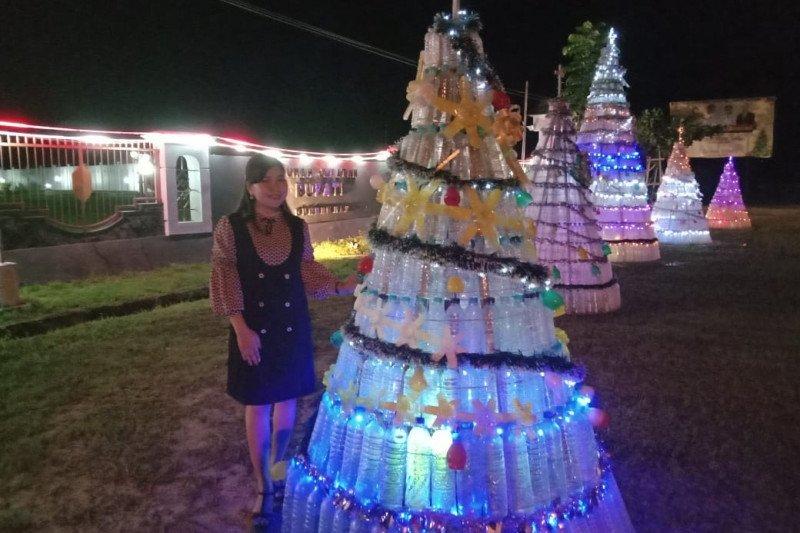 Dekranasda Gumas promosikan pohon Natal dari botol bekas