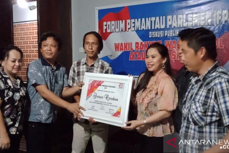 Jurani Rurubua, SST terima penghargaan legislator teladan se-Sulut dari FPP