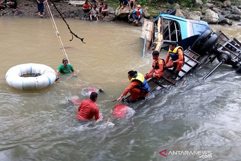 Basarnas lanjutkan mengevakuasi korban kecelakaan Bus Sriwijaya