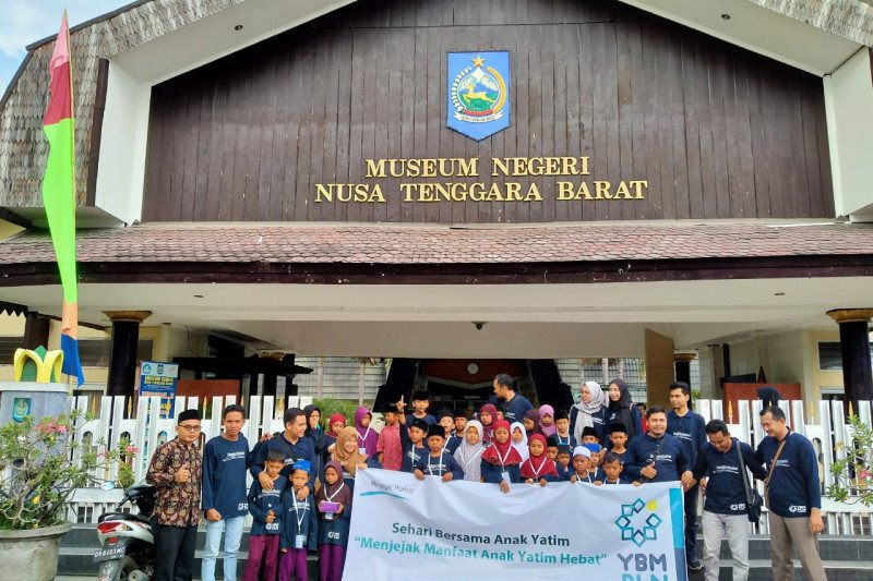 YBM PLN UIW NTB berbagi kebahagiaan melalui program Sehari Bersama Anak Yatim