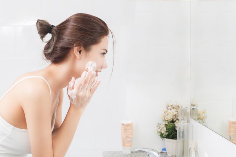 Jangan terlalu lama cuci wajah pada satu titik